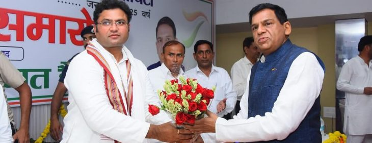 Chief Guest Dr Ashok Tanwar, President, HPCC, being welcomed by Dr Dalbir Bharti in the Society's Silver Jubilee function at Fatehabad, 11 August 2018